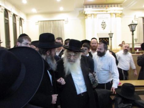 הגאון רבי ברוך שמואל דויטש בבית הכנסת