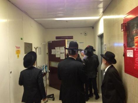 מתפללים בכניסה למחלקה