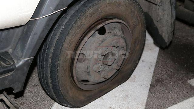 גלגל המשאית שנוקב  (צילום: עופר עמרם Ynet)