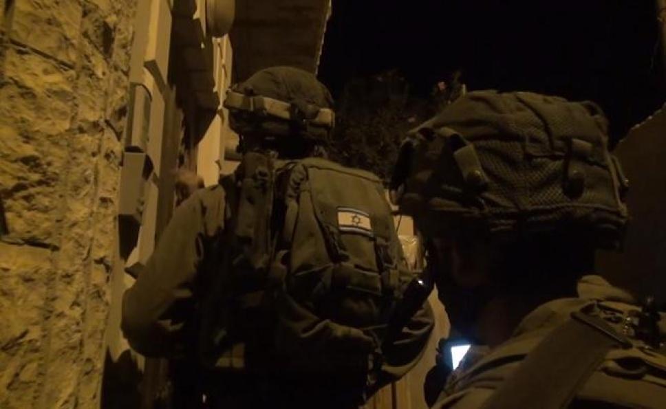 הכניסה לבית החשוד (צילום: כיכר השבת) (צילום ועריכה: הני הרשלר / שורטקאט מדיה)