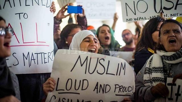 מוסלמים מוחים בארה''ב נגד הצו הנשיאותי (צילום: אורית בן-עזר, ynet)