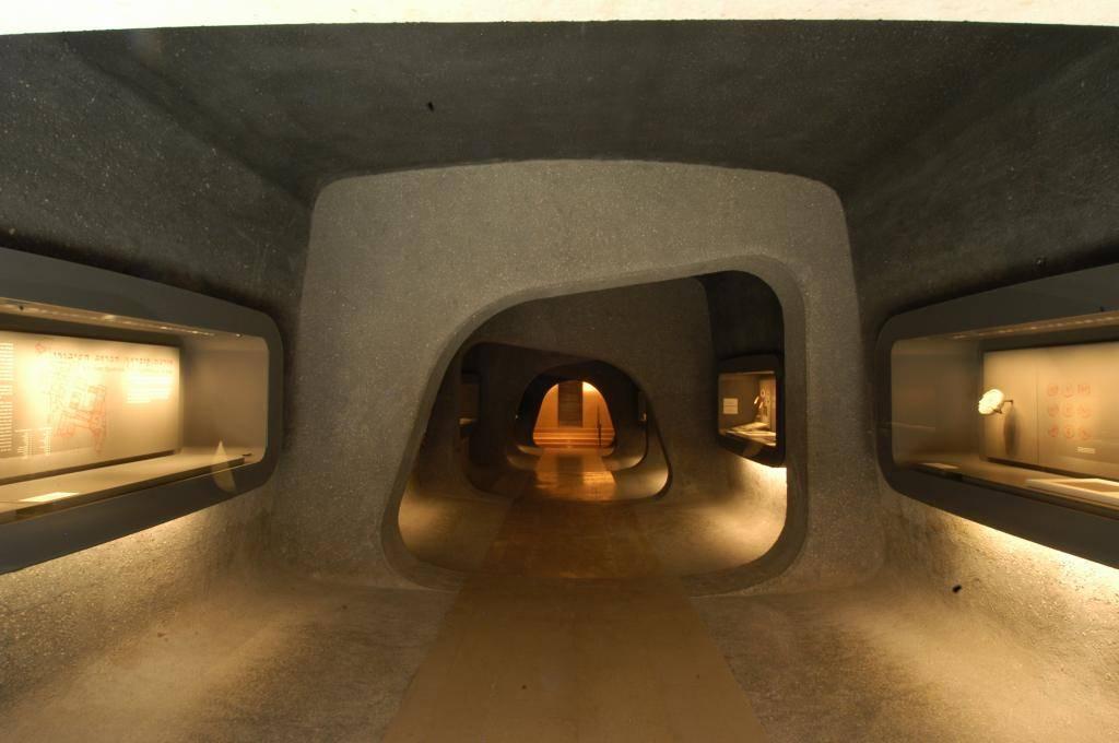 הכניסה לתצוגת כתבי היד, באדיבות מוזיאון ישראל, ירושלים.