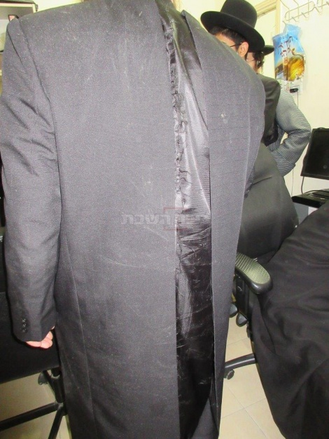 חליפה שנקרעה בהפגנה