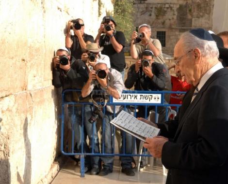 נושא תפילה בכותל המערבי עם היוודע דבר בחירתו לנשיאות ב-2007