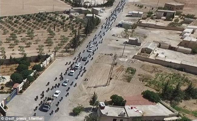 מחבלי דאעש נמלטים מהעיר (צילום: מתוך טוויטר)