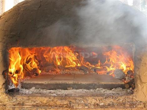 התנור עשוי מחימר (חול, מים וקש) והוא שחזור לתנורים ששימשו את אבות אבותינו לאפייה. בקרבת התנור החום בלתי נסבל.