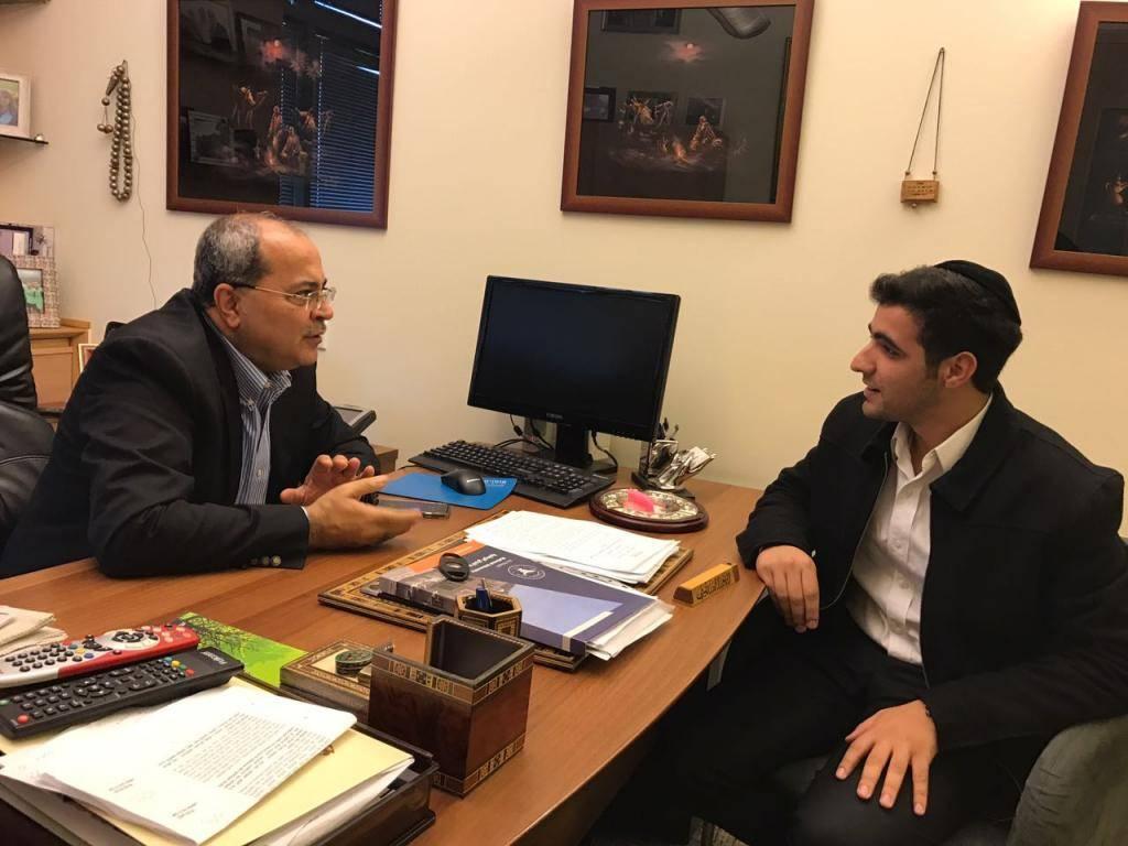 ח''כ אחמד טיבי עם כתב ''כיכר השבת'' ישי כהן