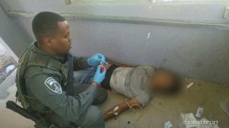 הטיפול בקטין (צילום: דוברות המשטרה)