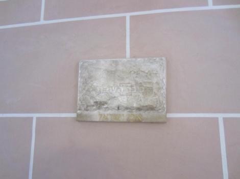 אבן בפנים בית הכנסת שהובאה מארץ ישראל.