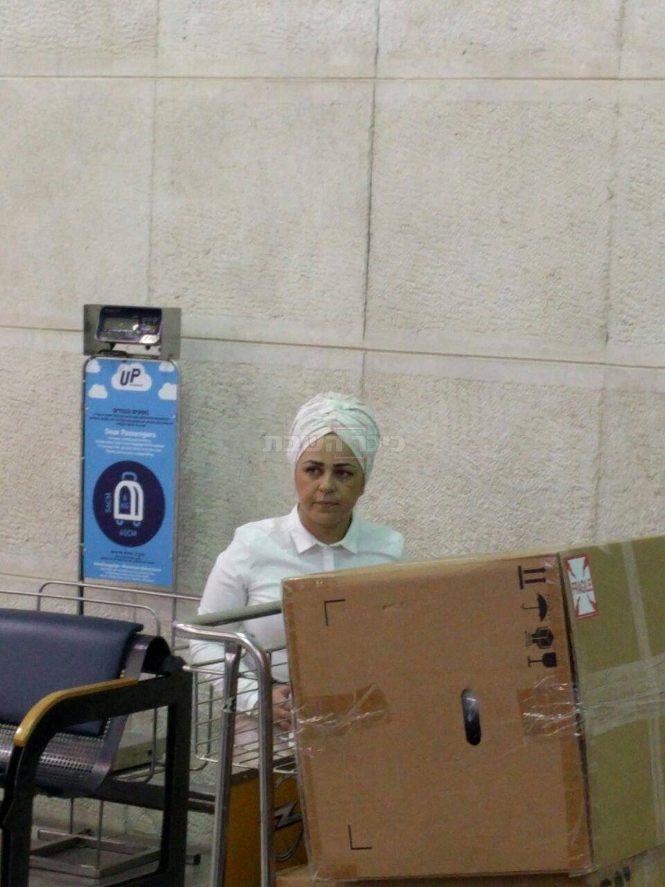 הרבנית ברש בשדה התעופה, הבוקר