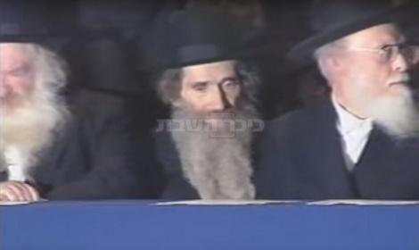 """מנהיגי הדור. עם מרנן הגרי""""ש אלישיב והגר""""ח קנייבסקי, בכנס היסוד של 'דגל התורה' (מתוך ארכיון התנועה)"""