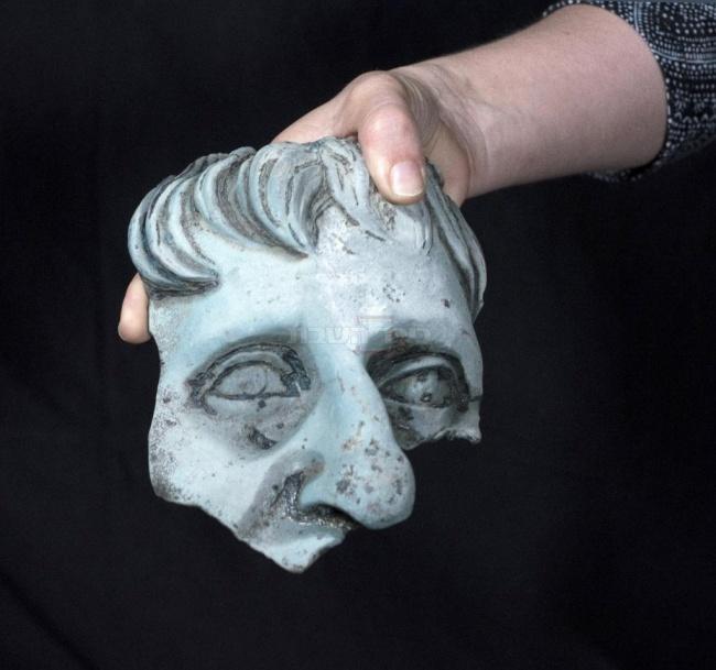 שבר ראש פסל בגודל אדם. צילום: קלרה עמית, באדיבות רשות העתיקות