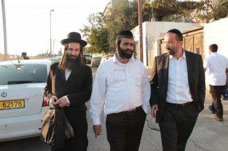 במרכז התמונה: הרב נורי חנניה, מנהל ציון שמעון הצדיק