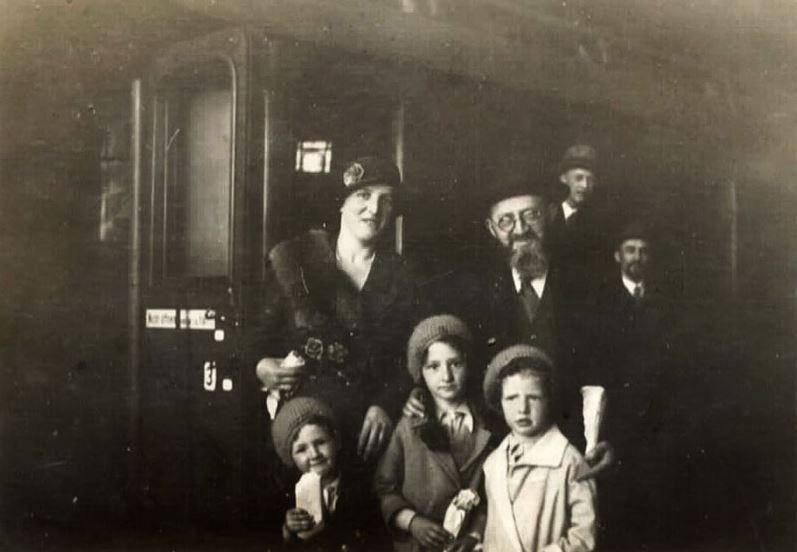 הרב פוזנר עם רעייתו ושלושת ילדיהם עוזבים את גרמניה (מתוך אתר יד ושם)