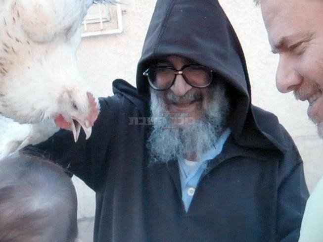 רבי אלעזר עורך 'כפרות' בחצר ביתו