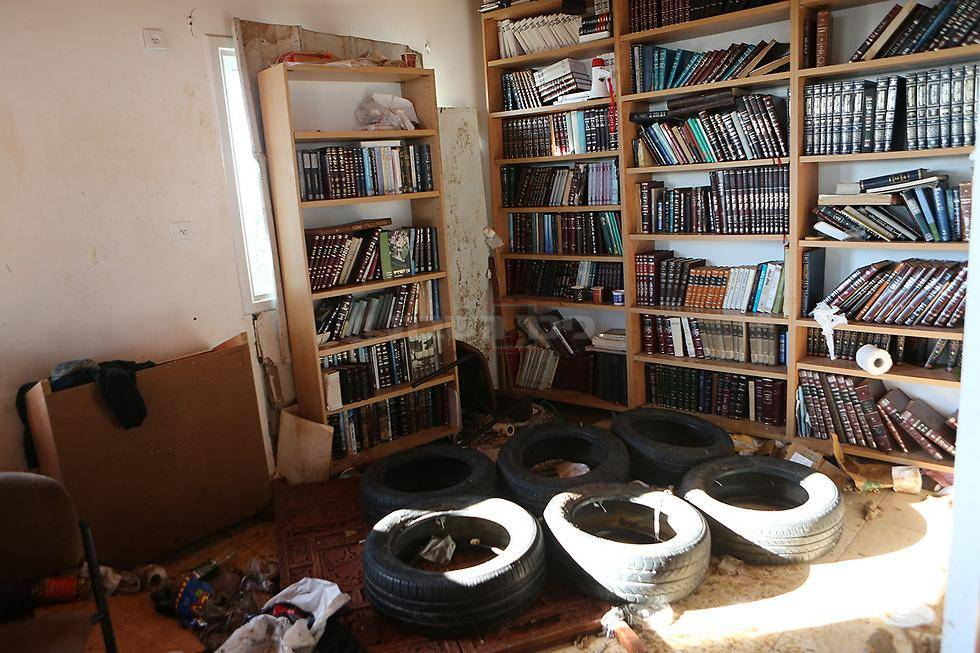 צמיגים בבית הכנסת (צילום: אלכס קולומויסקי - ynet)