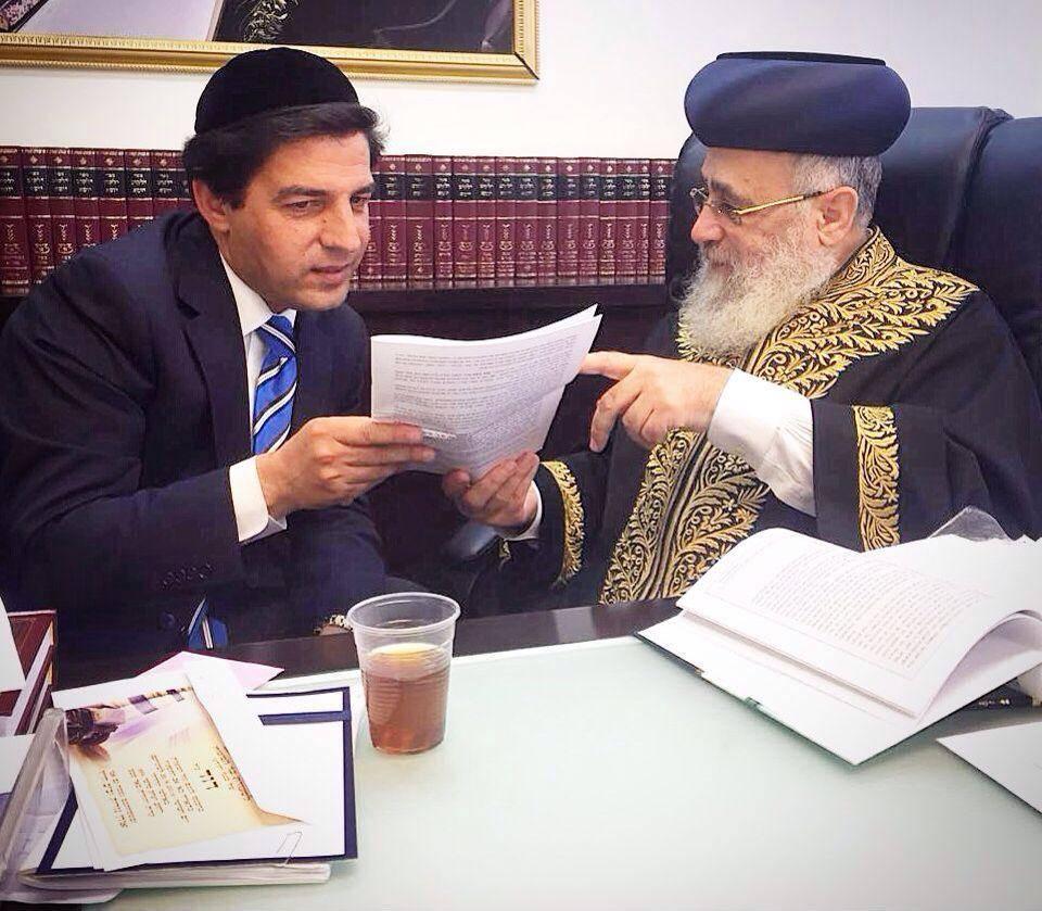 ר' מרדכי חסידים מגיש את הפסק לרב הראשי