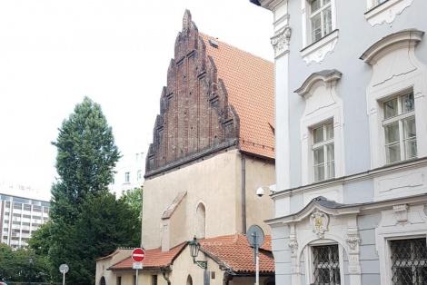חוץ בית הכנסת הישן חדש -האלטנוישול