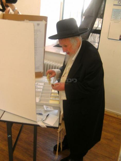 """הגר""""ש אוירבך מצביע בבחירות בירושלים, בשנת תשע""""ד"""