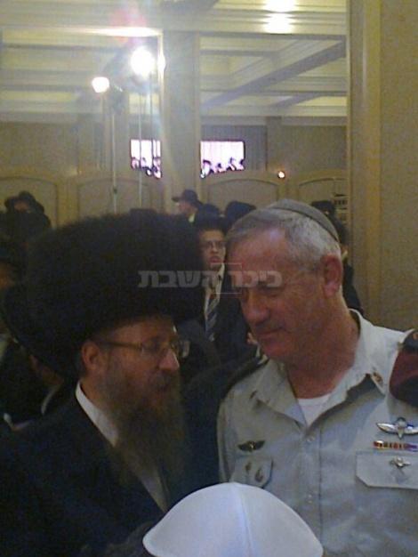 """הרב קאופמן בשיחה עם הרמטכ""""ל (צילום: כיכר השבת)"""