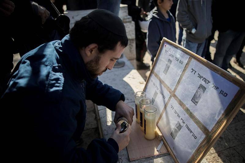 מדליקים נרות לזכר הנרצחים (Yonatan Sindel/Flash90)