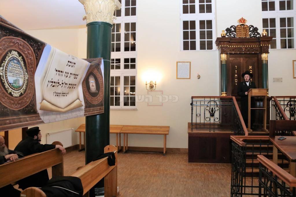 הרב פומרנץ בפתיחת הספרייה