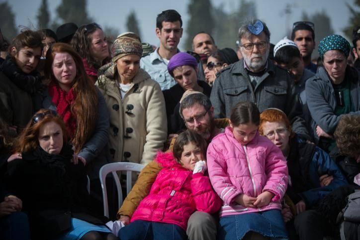 האבא והילדים בהלוויה (צילום: יונתן זינדל - פלאש 90)