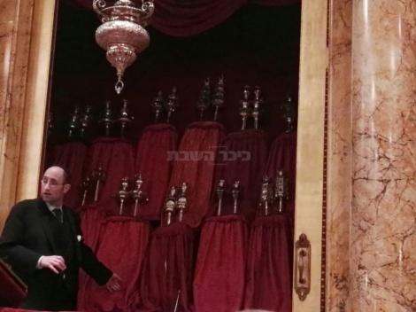 הרב סולובייצ'יק בתוך בית הכנסת הפורטוגזי שבראשותו (צילום: אטילה שומפלבי, ynet)