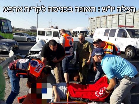 """התאונה בכניסה לקריית ארבע (צילום: הצלה יו""""ש)"""