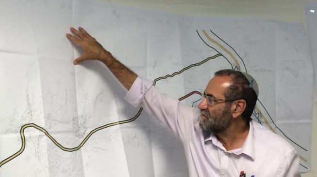 """האדריכל גדעון חרל""""פ מציג את התכנית. צילום: יחצ"""