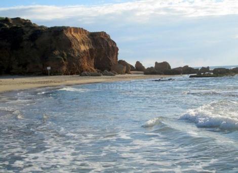 חוף צוקי ים מצפון לנתניה