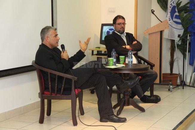 יאיר לפיד בפאנל שאלות ותשובות עם מנהל הקמפוס החרדי, הרב שלמה טיקוצ'ינסקי