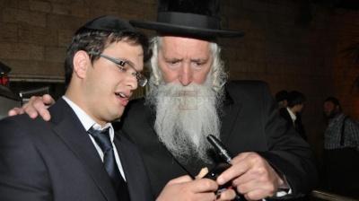 משמאל העיתונאי שלמה קוק