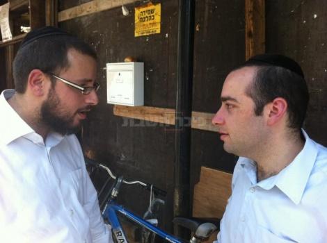 אלרוב משוחח עם כתב כיכר השבת, ישראל כהן