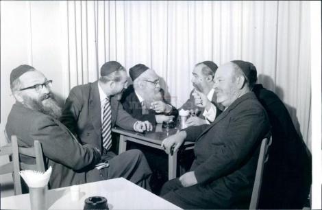 """הכנסת הרביעית : (1959)  הח""""כים: יעקב כ""""ץ, בנימין מינץ, יצחק מאיר לוין, שלמה לורינץ, קלמן כהנא"""