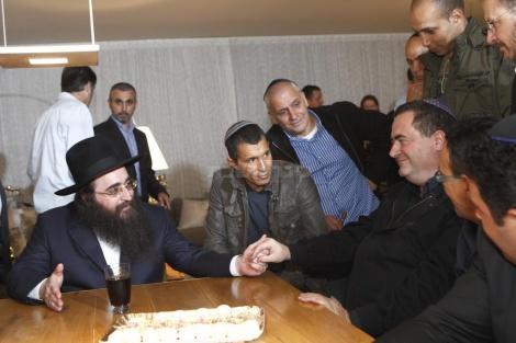 שר התחבורה ישראל כץ, מסב על שולחנו של הרב פינטו