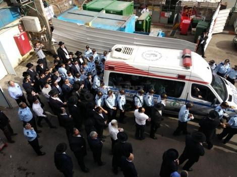 המיטה יוצאת מבית החולים (צילום: דוברות בית החולים מעייני הישועה)