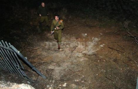 חייל באזור נפילת רקטה בבאר-שבע (צילום: פלאש90)