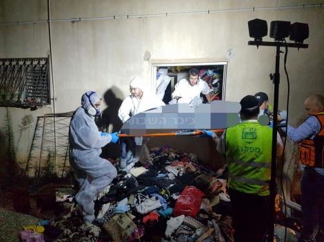 גופת האישה מוצאת מהדירה (צילום: יחזקאל איטקין)