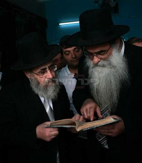 הרב רפאל כהן והרב יצחק יוסף בביקור בג'רבא