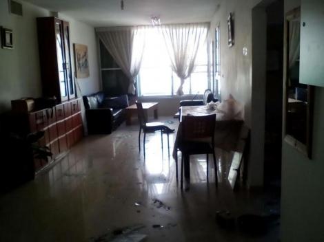 סלון הבית בו אירע הפיצוץ בבני ברק (חדשות 24)