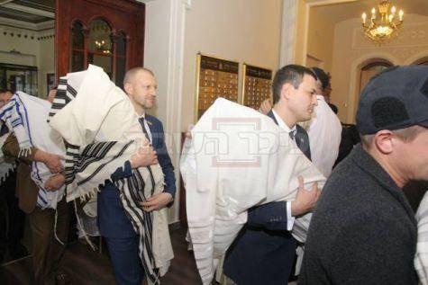 """הספרים מוחזרים לבית הכנסת (צילום: יח""""צ)"""
