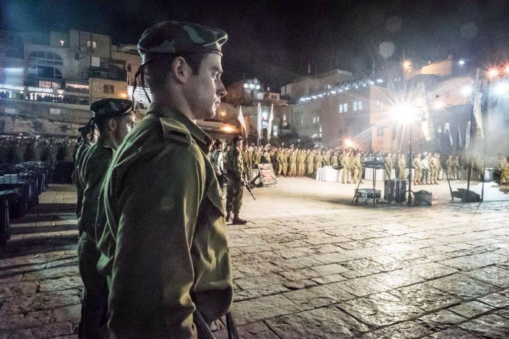 לוחמים חרדים שהושבעו הערב בכותל המערבי (צילום: דובר צה''ל)