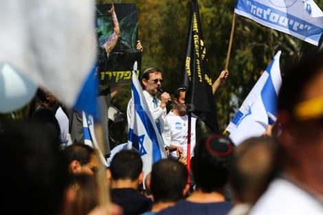 משה פייגלין נואם בהפגנה (צילום: פלאש 90)