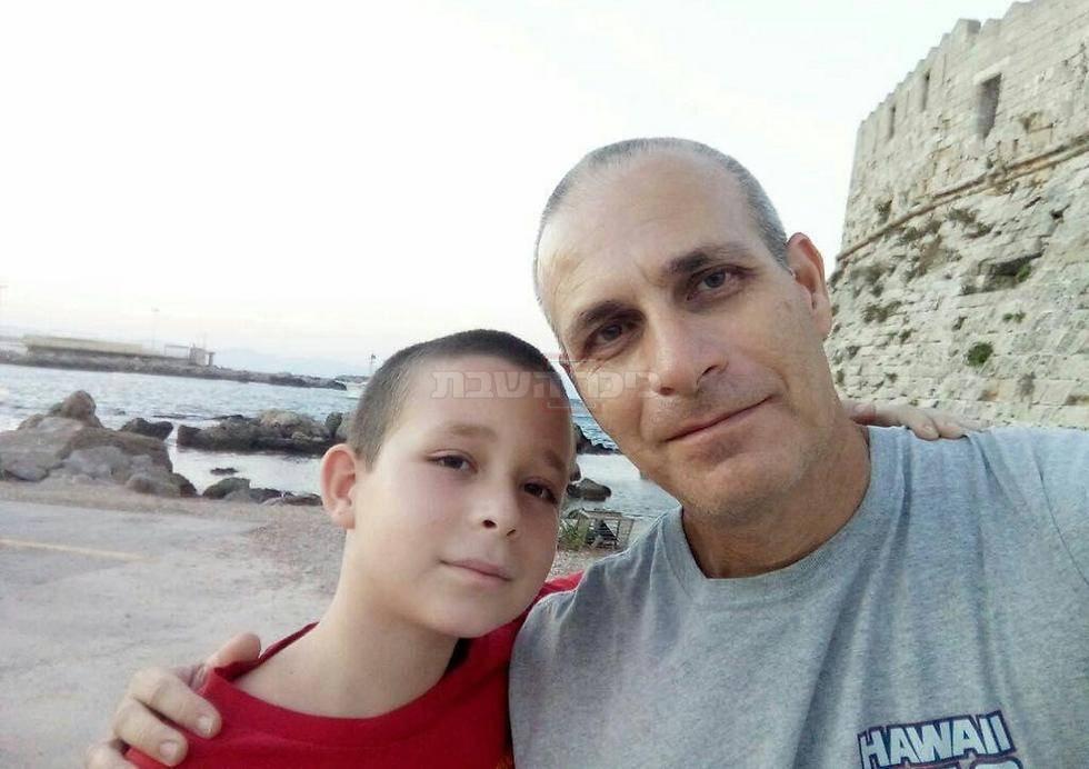 עמרי ובנו, עליו ניסה לגונן (צילום: מתוך ynet)