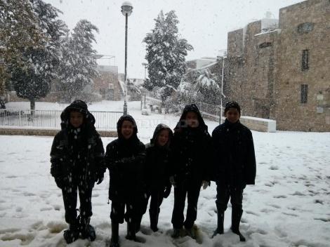 הילדים שהקדימו לתלמוד תורה היחיד הפתוח בשלג ברובע היהודי (צילום: אליהו זיל)