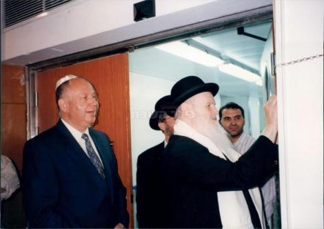 הרב שלום משאש קובע מזוזה בכנסת עם יושב ראש הכנסת דן תיכון