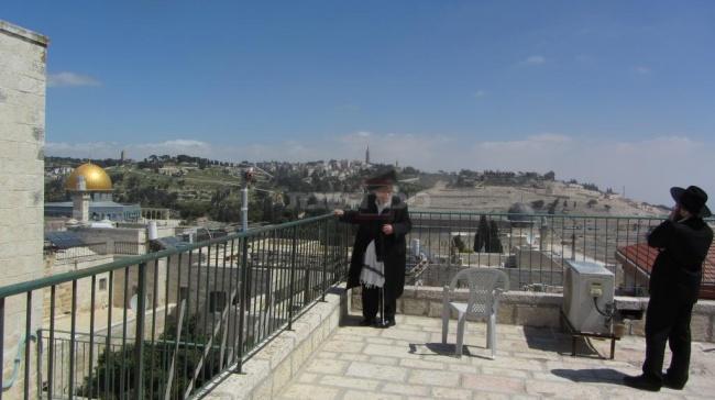 """הגר""""ש צופה אל מקום המקדש בפסח תשע""""ג (צילום: כיכר השבת)"""