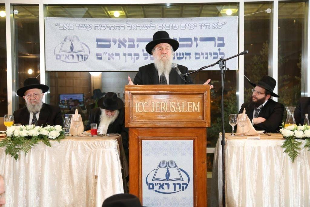 הרב שפירא בנאומו (צילום: אלי קובין)