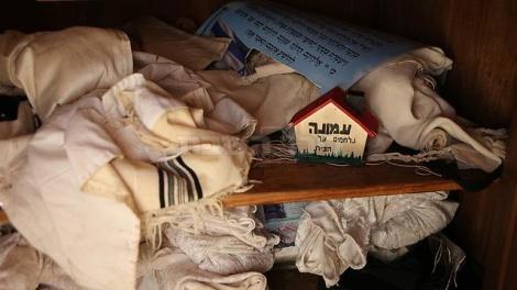 טליתות בבית הכנסת (צילום: אלכס קולומויסקי - ynet)